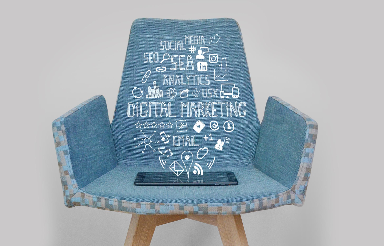 Stoel met daarop een ipad en pictogrammen digitale marketing en online marketing.