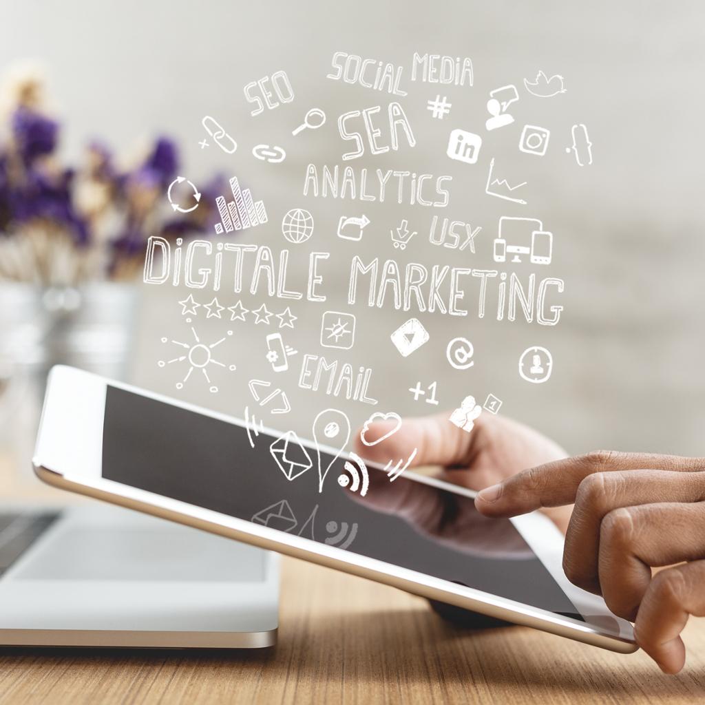 Tablet met symbolen over online marketing
